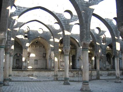 Armenische familie und verfallene armenische kirche